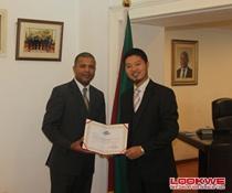 全球外交官中国文化之夜组委会主席许云祖先生拜访莫桑比克驻华使馆并颁发主办单位证书